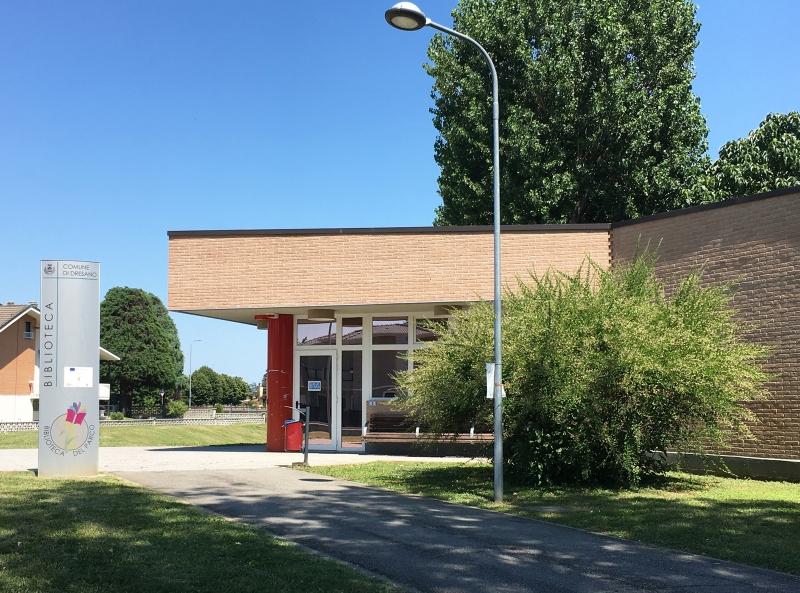 edificio biblioteca esternamente con mattoni rossi